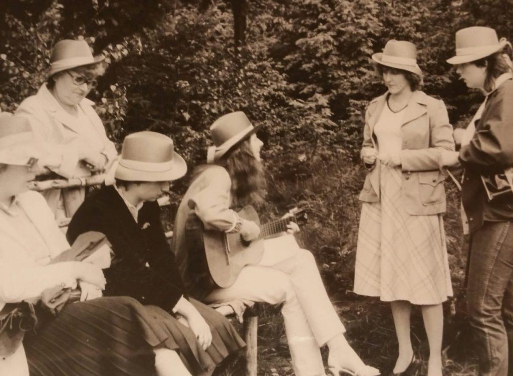 Die Frauen der Hutabteilung des Karstadt beim jährlichen Ausflug